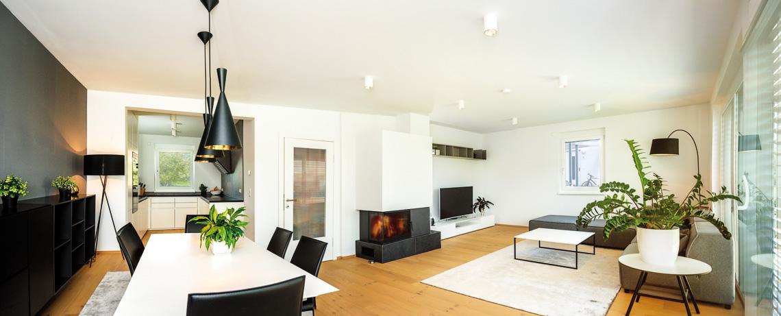 Wohn-/Esszimmer mit Küche in einem Doppelhaus