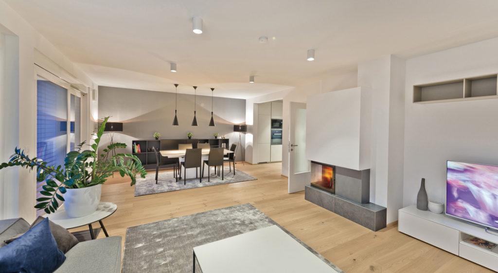Wohn-/Esszimmer in einem Doppelhaus mit Kamin