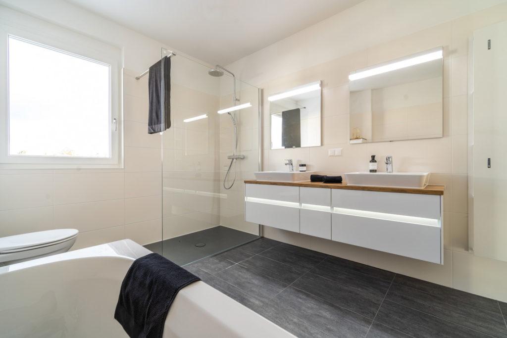 Badezimmer mit hochwertigen Designerbadmöbeln